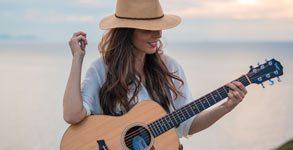 Noa Cliff con guitarra y sombrero