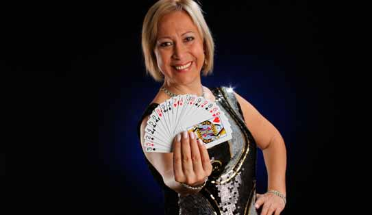 Consuelo Lorgia con baraja de cartas.